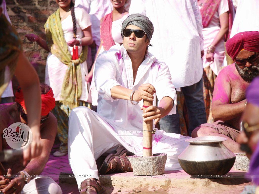 Salman Khan preparing Bhang (38592) size:1024x768