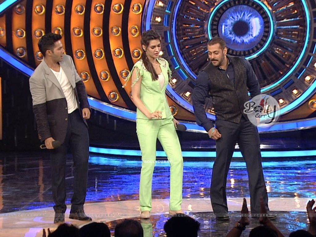 Varun Dhawan and Kriti Sanon on Bigg Boss 9 for Promotions of 'Dilwale' (386189) size:1024x768