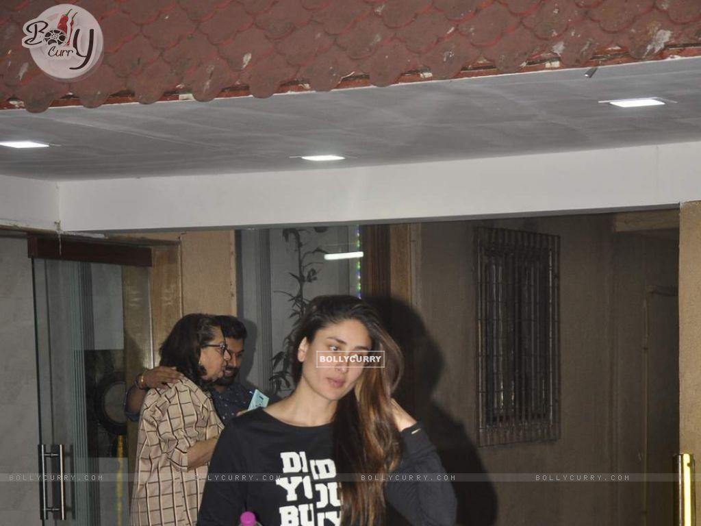Kareena Kapoor Snapped at Bandra (391419) size:1024x768