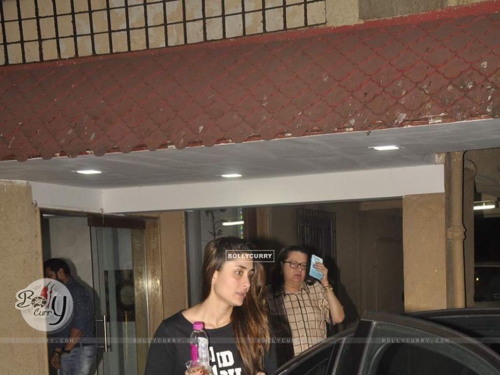 Kareena Kapoor Snapped at Bandra (391420) size:1024x768