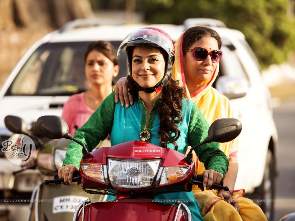 Juhi Chawla and Shabana Azmi rides Scooty in Chalk N Duster (391734) size:1024x768