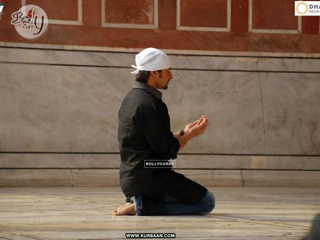 Saif Ali Khan doing namaz in the movie Kurbaan. Актеры обои и фото на рабочий стол