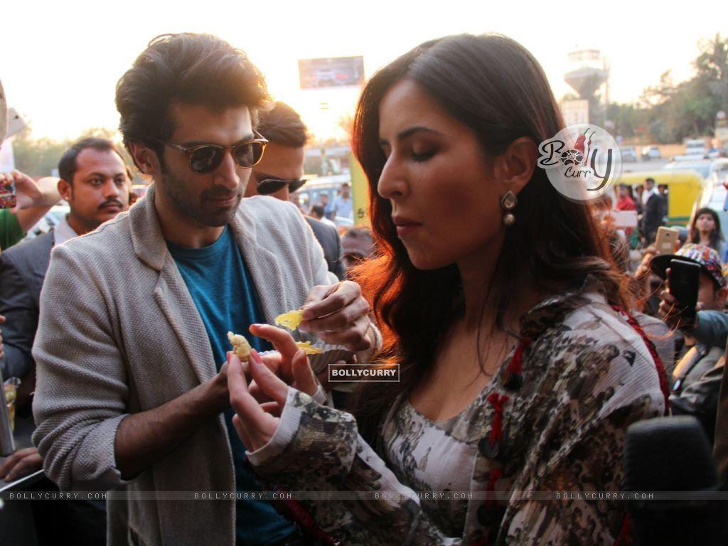 Aditya Roy Kapur and Katrina Kaif Bond over Jalebi in Janpath Market, Delhi (396321) size:1024x768