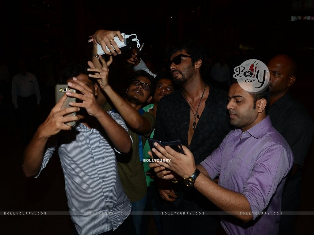 Arjun Kapoor clicks a selfie with Fans at Airport (400479) size:1024x768