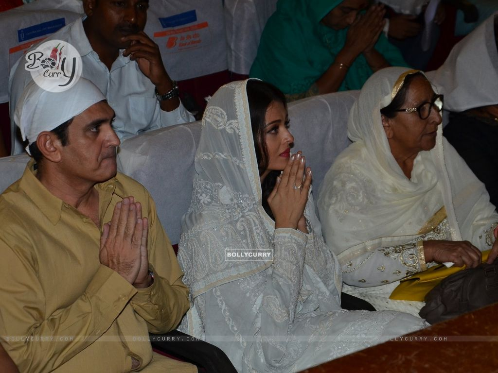 Omung Kumar and Aishwarya Rai Bachchan Pay Homage to Sarabjit (405179) size:1024x768