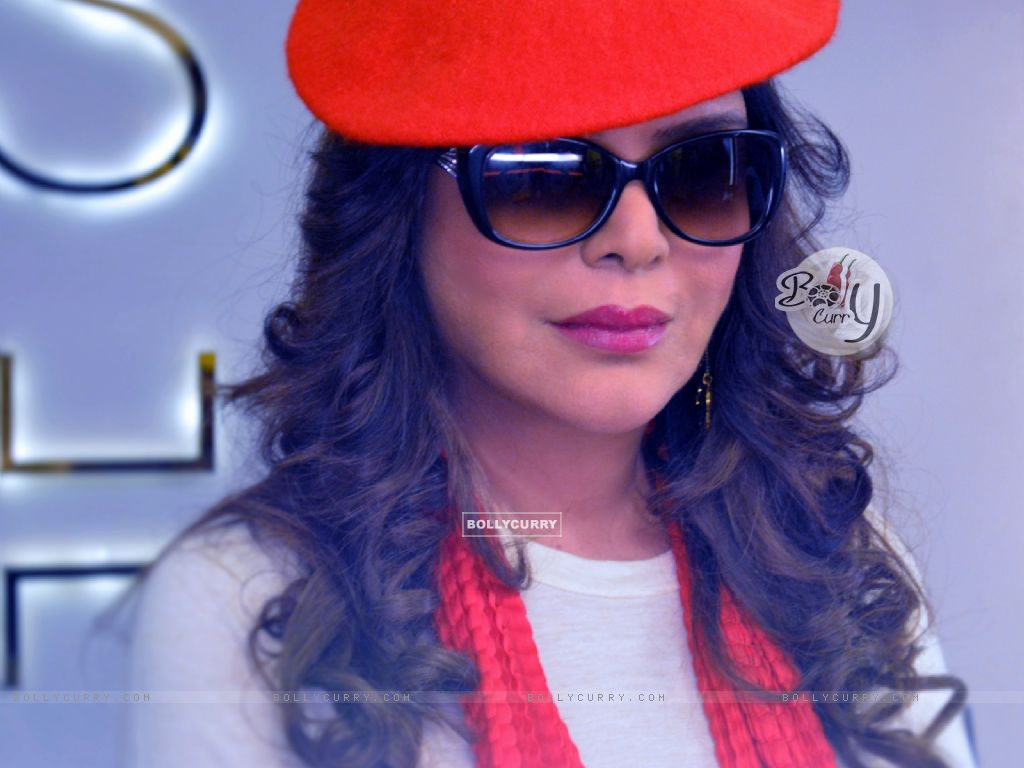 ZEENAT AMAN debuts in Super Glam Avtar On Web called Love, Life & Screw Up! (407240) size:1024x768