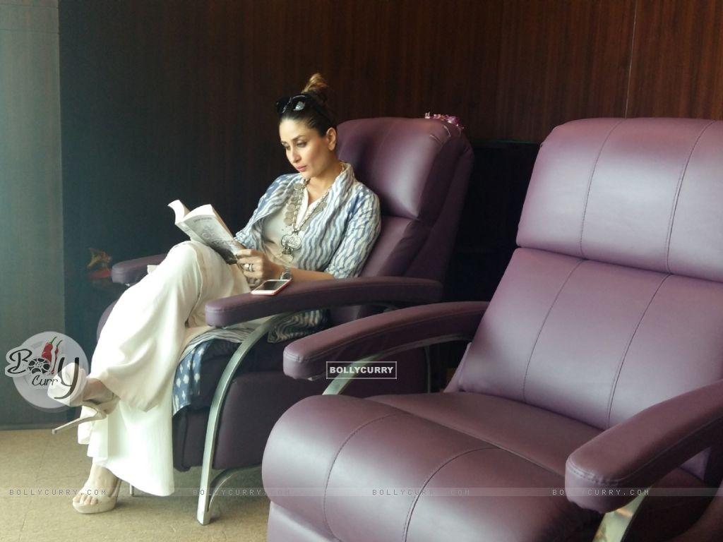 Kareena Kapoor Khan goes book shopping in London (407343) size:1024x768