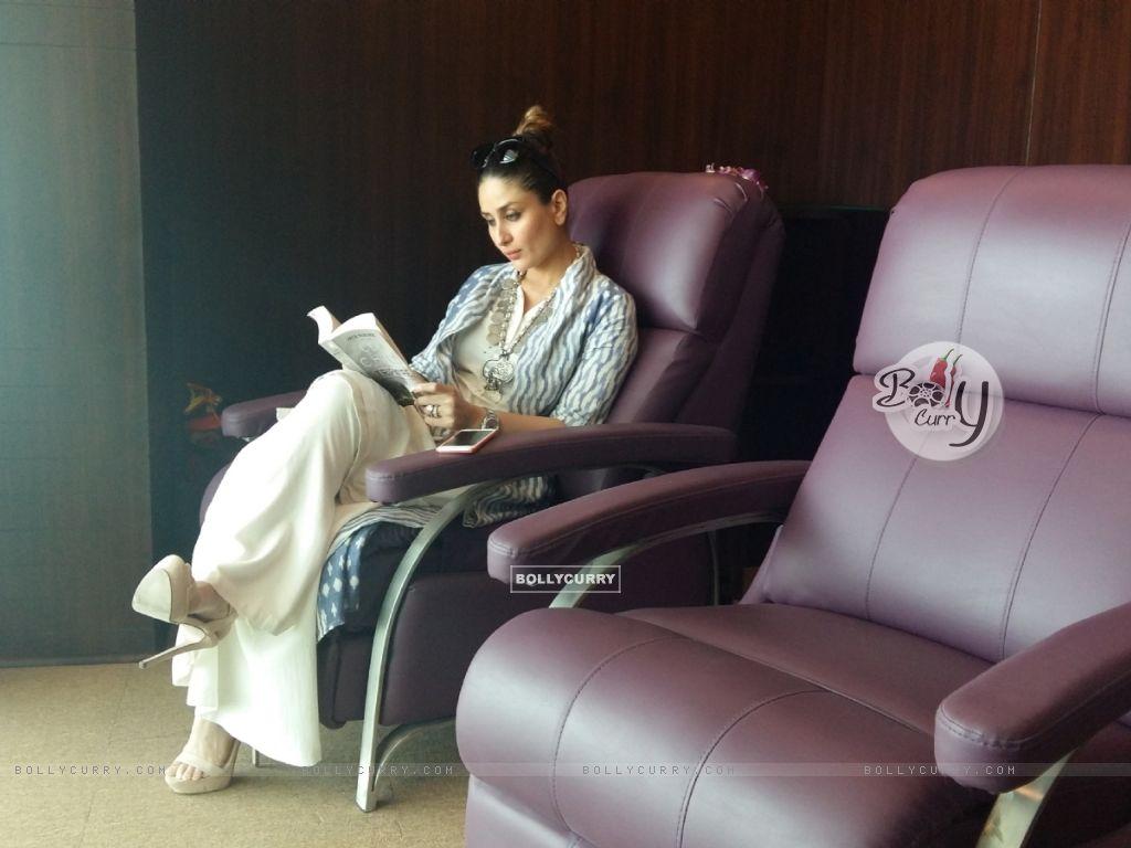 Kareena Kapoor Khan goes book shopping in London (407344) size:1024x768
