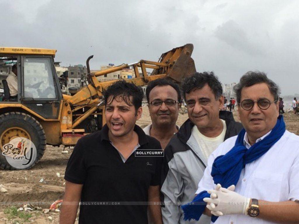 Subhash Ghai Helps clean Versova Beach (411774) size:1024x768