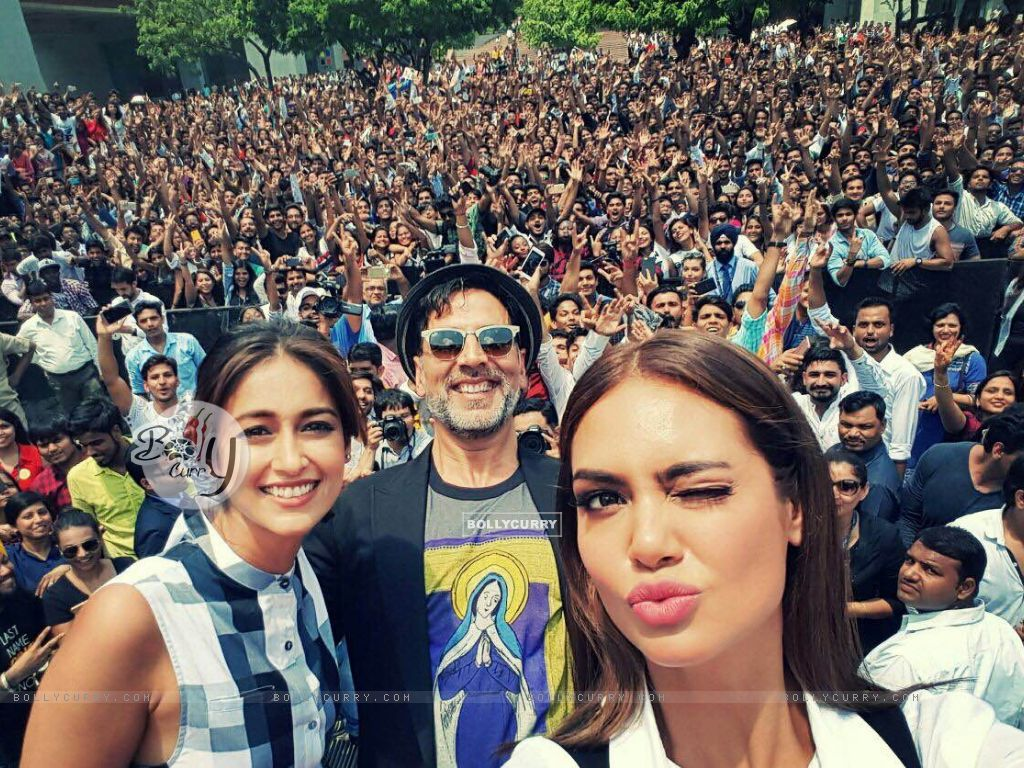 Akshay Kumar, Ileana D'cruz and Esha Gupta promote Rustom at a college in Delhi (415396) size:1024x768