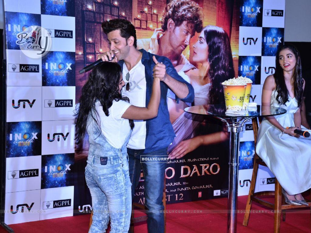 Hrithik Roshan & Pooja Hegde Surprise their fans by INOX Theatre (416090) size:1024x768