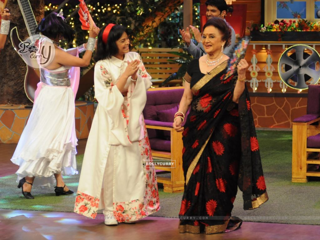 Fun moments with Asha Parekh and Helen on the sets of 'The Kapil Sharma Show' (428587) size:1024x768