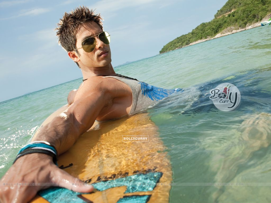 Shahid Kapoor looking hot and cool (59500) size:1024x768