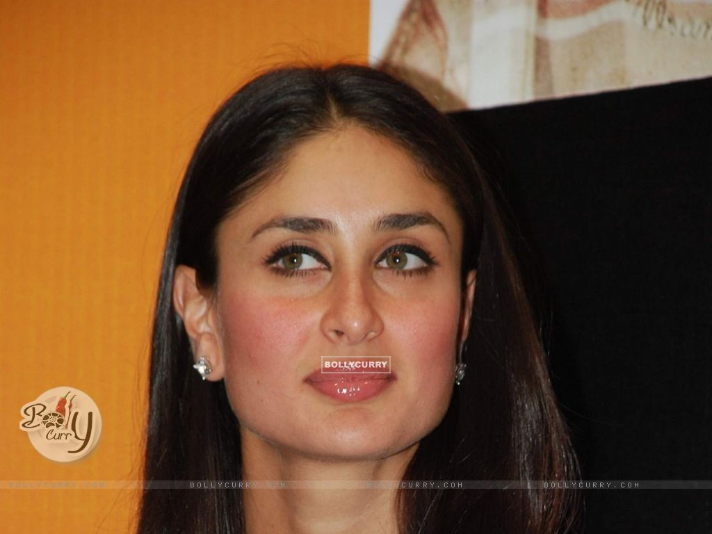 Wallpaper - Kareena at unveils 3 idiots script book at ...