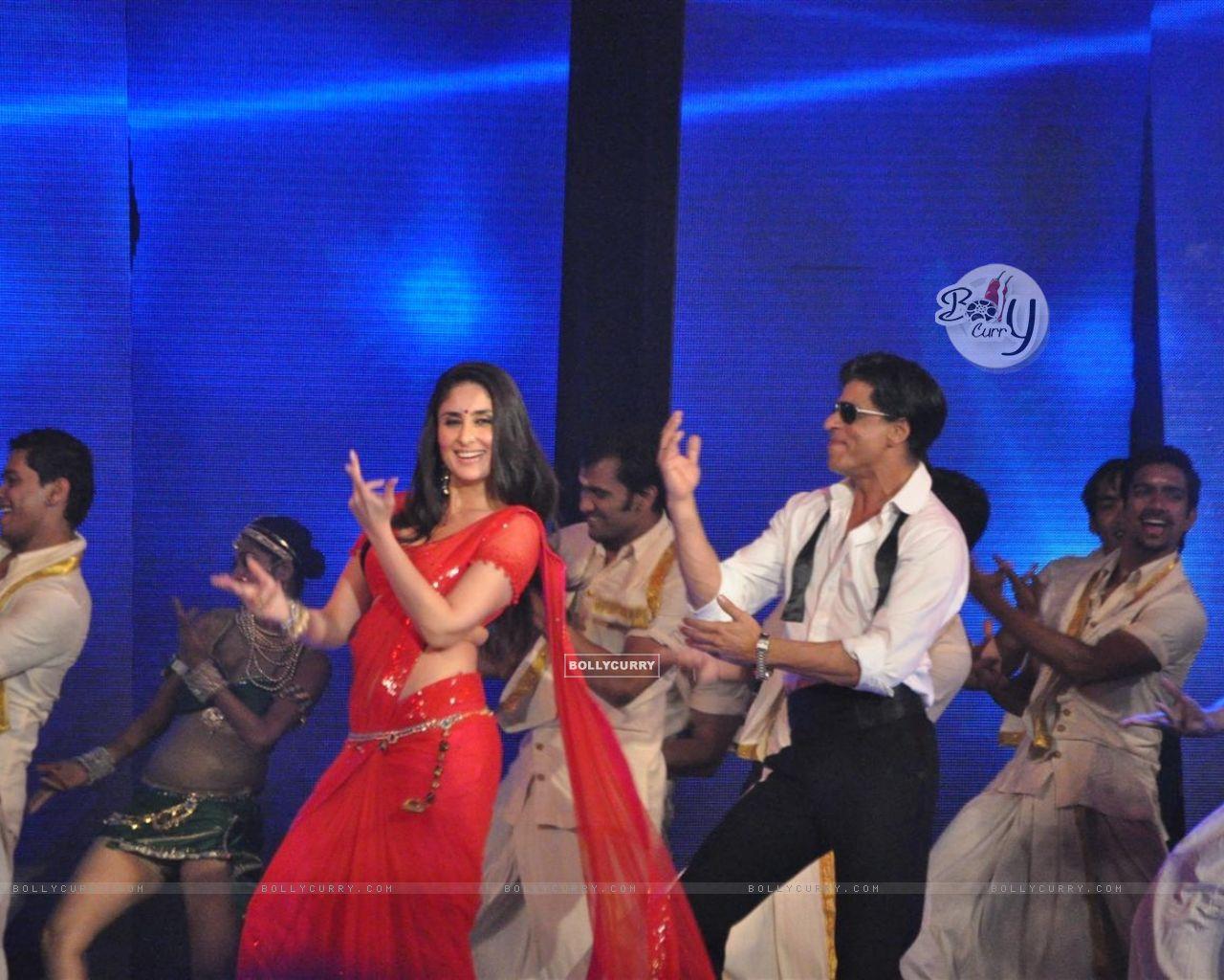 wallpaper - shah rukh khan and kareena kapoor shaking their legs on