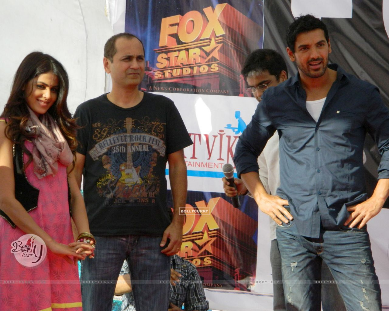 Vipul A Shah with John Abraham and Genelia Dsouza promoting their movie 'Force' at Mahagun Mall Vais (161543) size:1280x1024