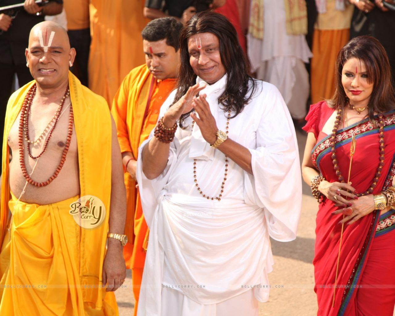 Mithun Chakraborty, Poonam Jhavar & Govind Namdeo playing the stereotypical godmen in OMG! Oh My God (223275) size:1280x1024