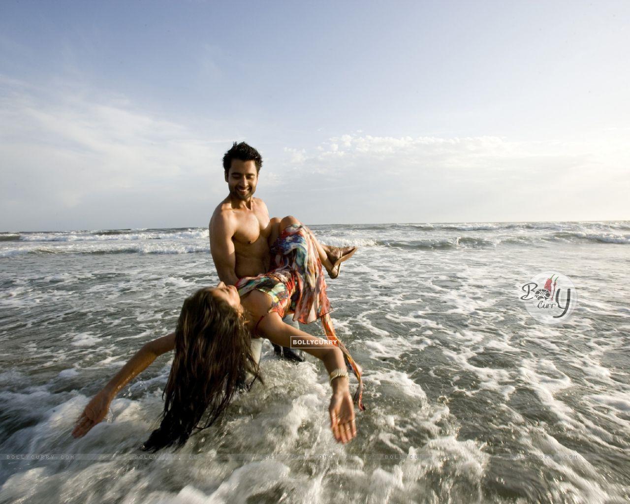 Jackky Bhagnani and Nidhi Subbaiah in Ajab Gajabb Love (224800) size:1280x1024