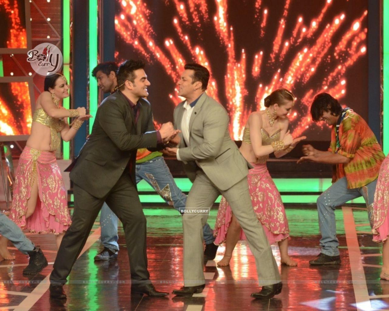 Salman Khan and Arbaaz Khan shake a leg in Bigg Boss 8 (348467) size:1280x1024