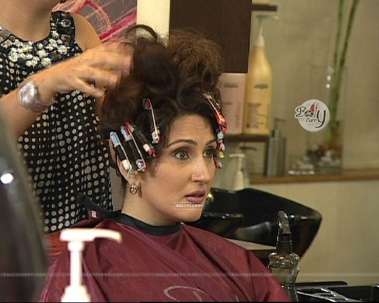 Wallpaper - Radhika doing hairstyle in Beauty Parlour (37385) size