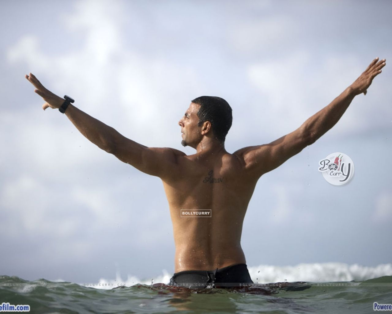 Akshay Kumar showing his body (37763) size:1280x1024