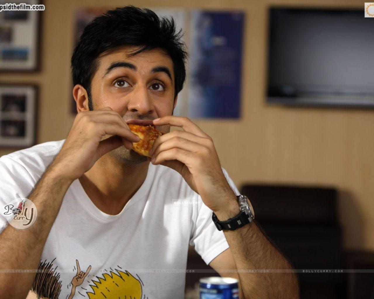 ranbir kapoor eating pizza (37860) size:1280x1024