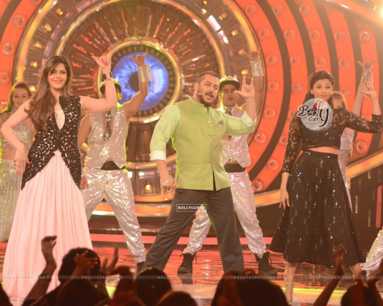 Daisy Shah and Zarine Shakes a Leg With Salman During Promotions of Hate Story 3 on Bigg Boss 9 Nau (384610) size:1280x1024