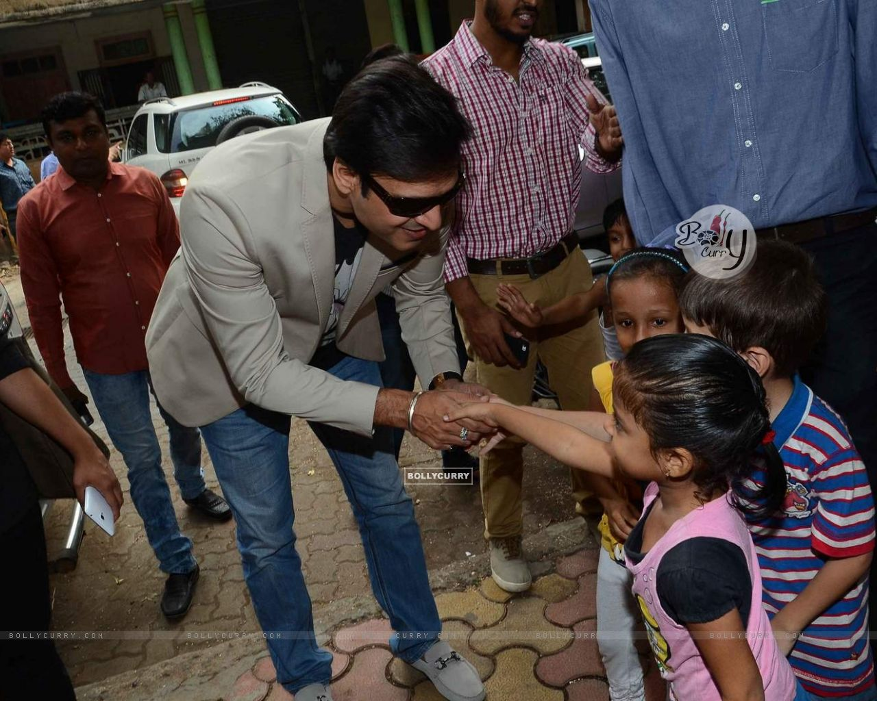 Vivek Oberoi Greets Kids at Cover Launch of Society Magazine (385722) size:1280x1024