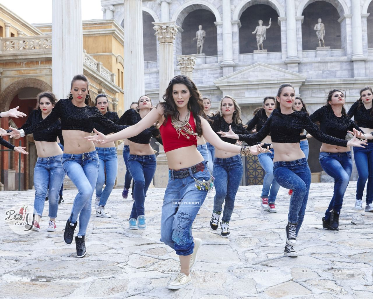 Kriti Sanon Sizzles in 'Manma Emotion Jaage' - second song of Dilwale (385774) size:1280x1024