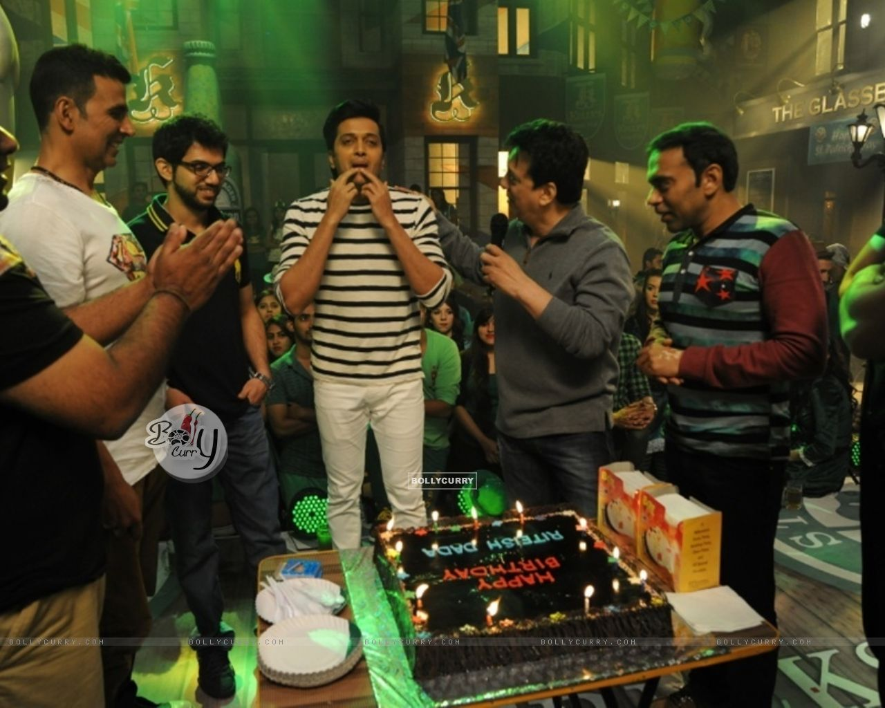 Celebration of Riteish Deshmukh's 37th Birthday on the Sets of Housefull 3 (388281) size:1280x1024