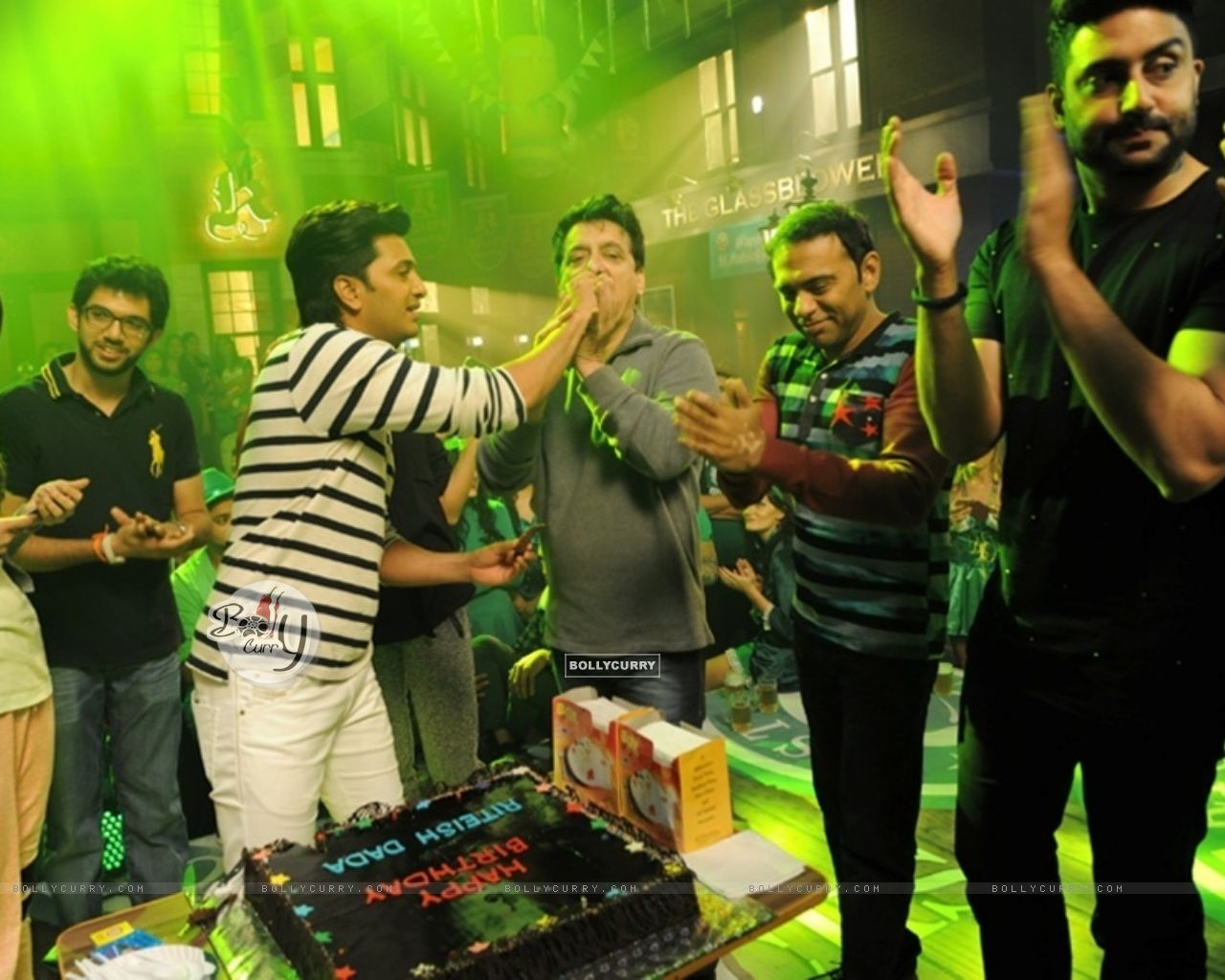 Akshay and Abhishek Celebrates Riteish Deshmukh's 37th Birthday on the Sets of Housefull 3 (388282) size:1280x1024