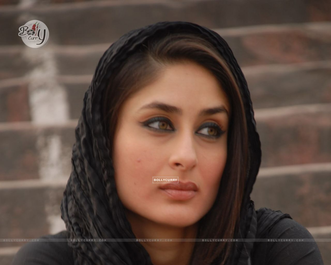 http://img.bollycurry.com/wallpapers/1280x1024/38948-kareena-kapoor-looking-gorgeous.jpg
