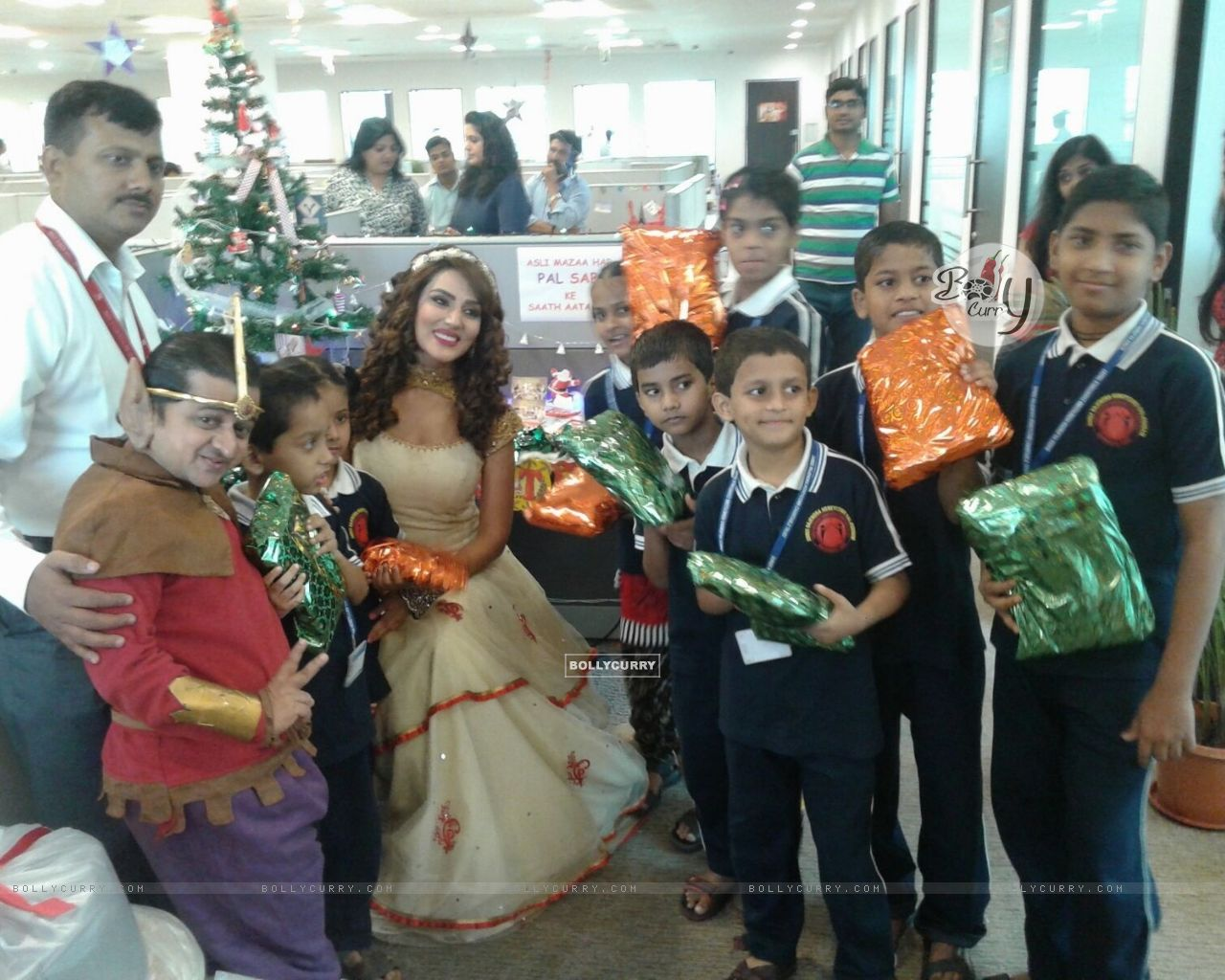 Sudeepa Singh Celebrates New Year and Christmas with Kids (389763) size:1280x1024