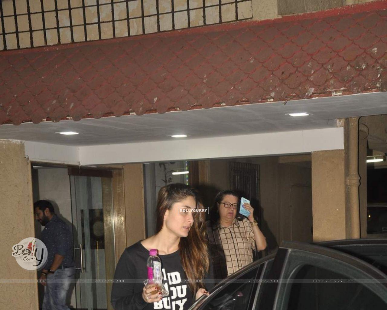 Kareena Kapoor Snapped at Bandra (391420) size:1280x1024