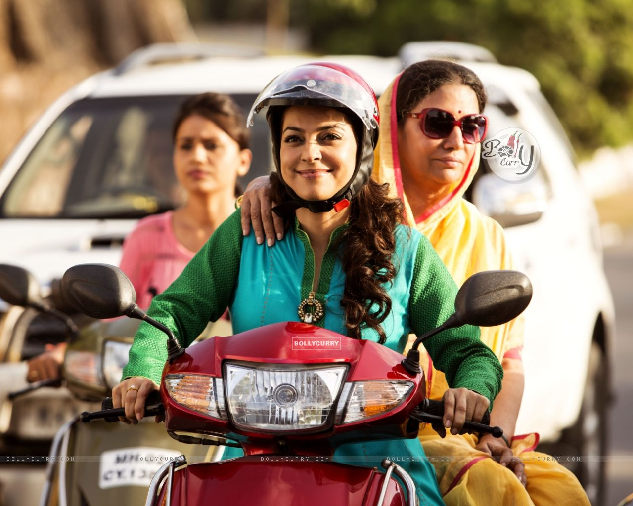 Juhi Chawla and Shabana Azmi rides Scooty in Chalk N Duster (391734) size:1280x1024
