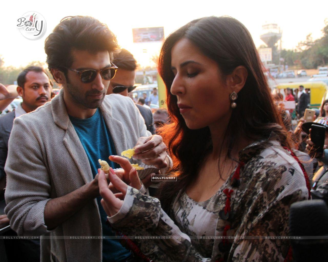 Aditya Roy Kapur and Katrina Kaif Bond over Jalebi in Janpath Market, Delhi (396321) size:1280x1024