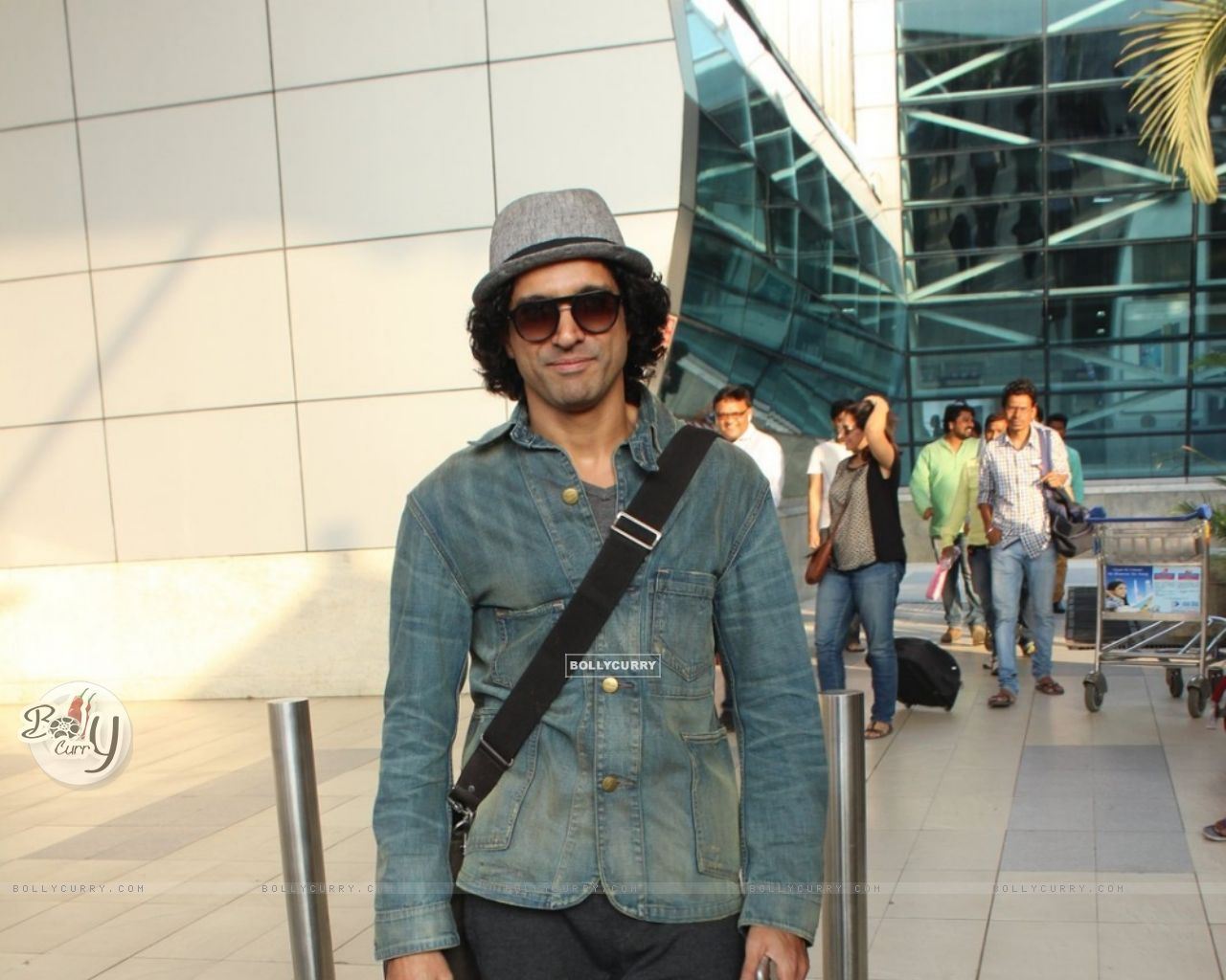 Farhan Akhtar Snapped at Airport (399237) size:1280x1024