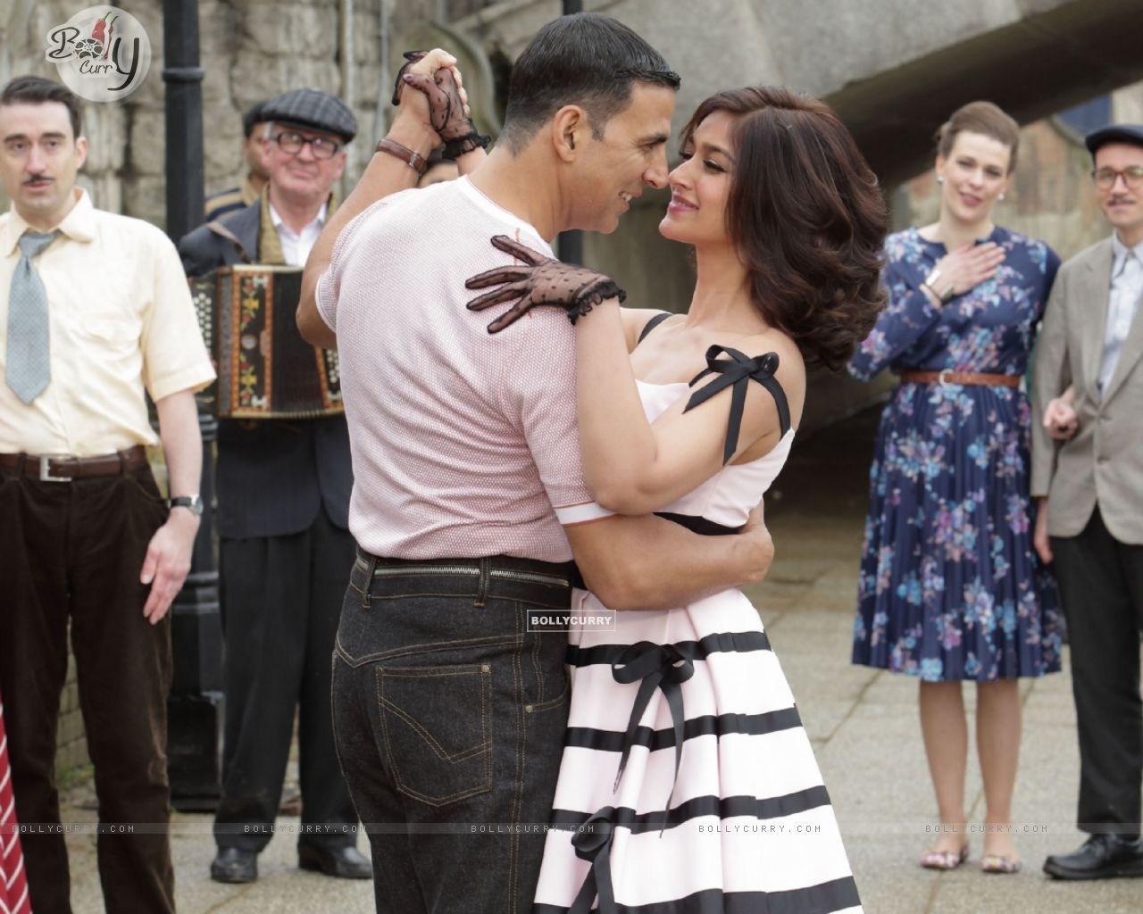 Still from tere sang Yaara from Rustom (411290) size:1280x1024