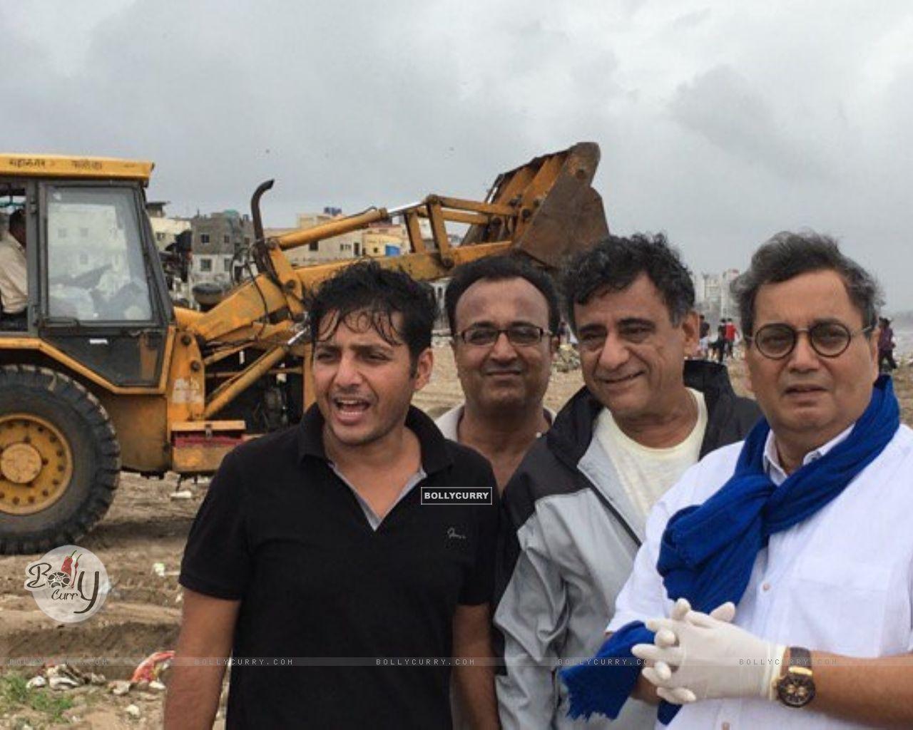Subhash Ghai Helps clean Versova Beach (411774) size:1280x1024