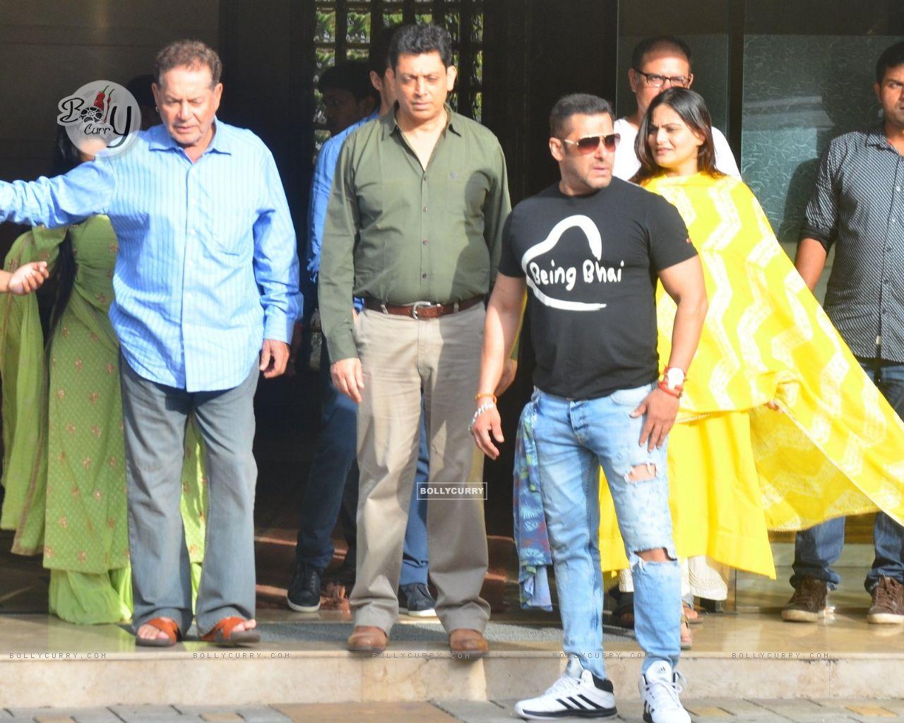 Wallpaper Salman Khan With Salim Khan At Snapped At Arpitas House
