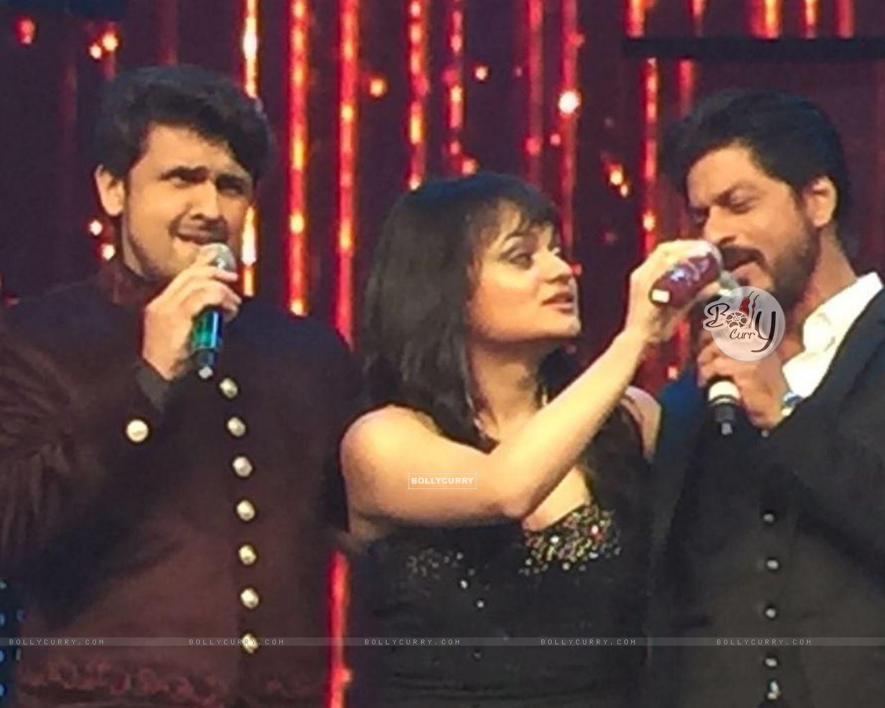 Aditi Singh Sharma with Sonu Niigam and Shah Rukh Khan (421275) size:1280x1024
