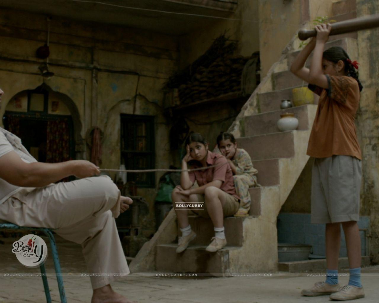 Still of Aamir Khan, Zaira Wasim and Suhani Bhatnagar from Dangal (423318) size:1280x1024