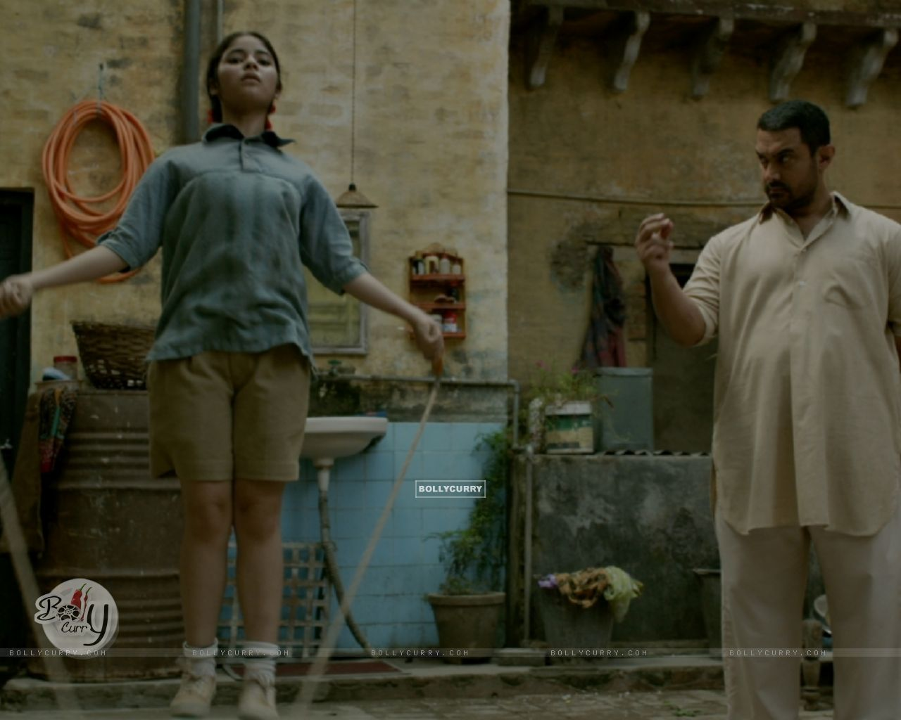 Still of Aamir Khan, Zaira Wasim and Suhani Bhatnagar from Dangal (423320) size:1280x1024