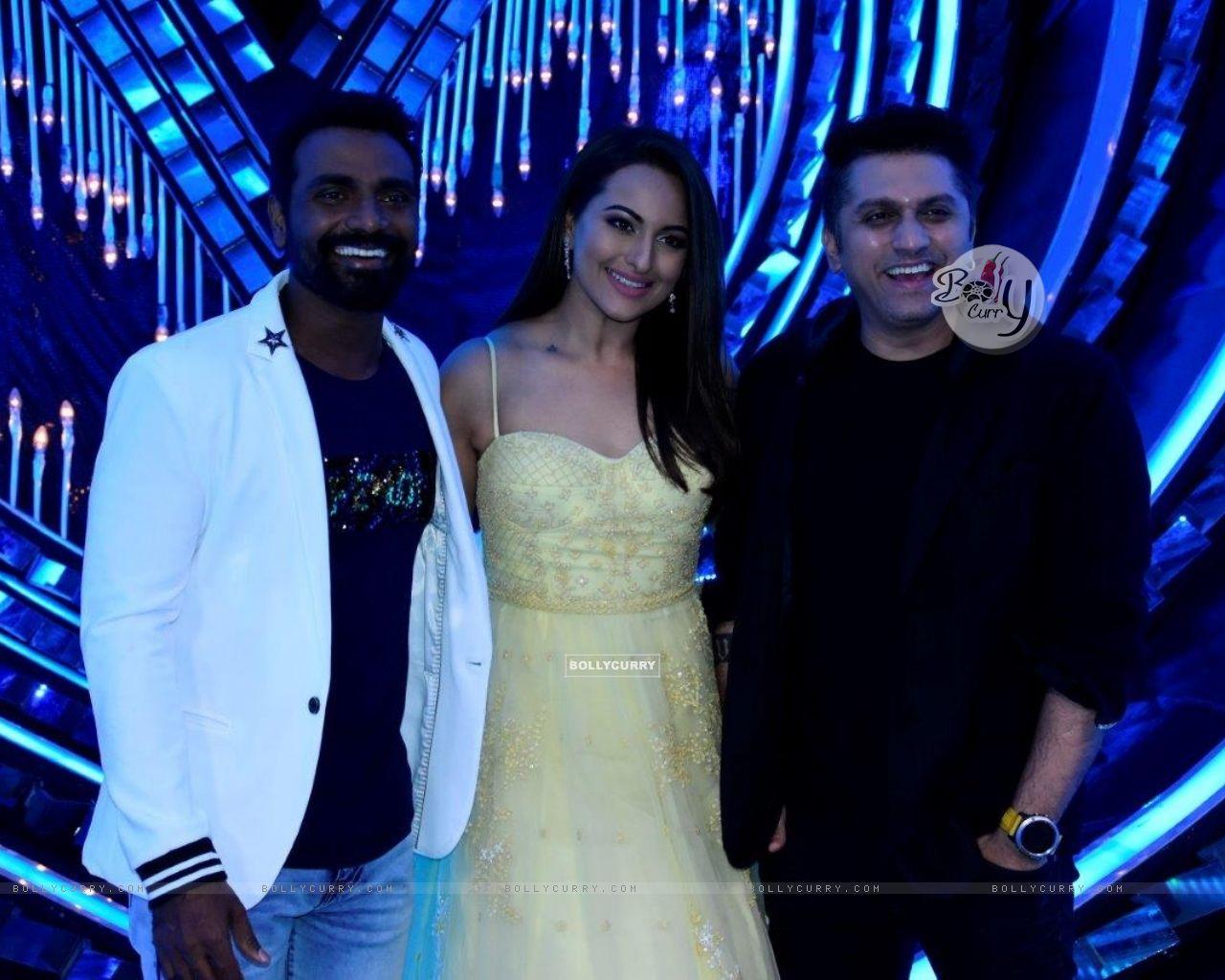 Remo D'souza, Sonakshi Sinha & Mohit Suri on the sets of Nach Baliye Season 8 (429137) size:1280x1024
