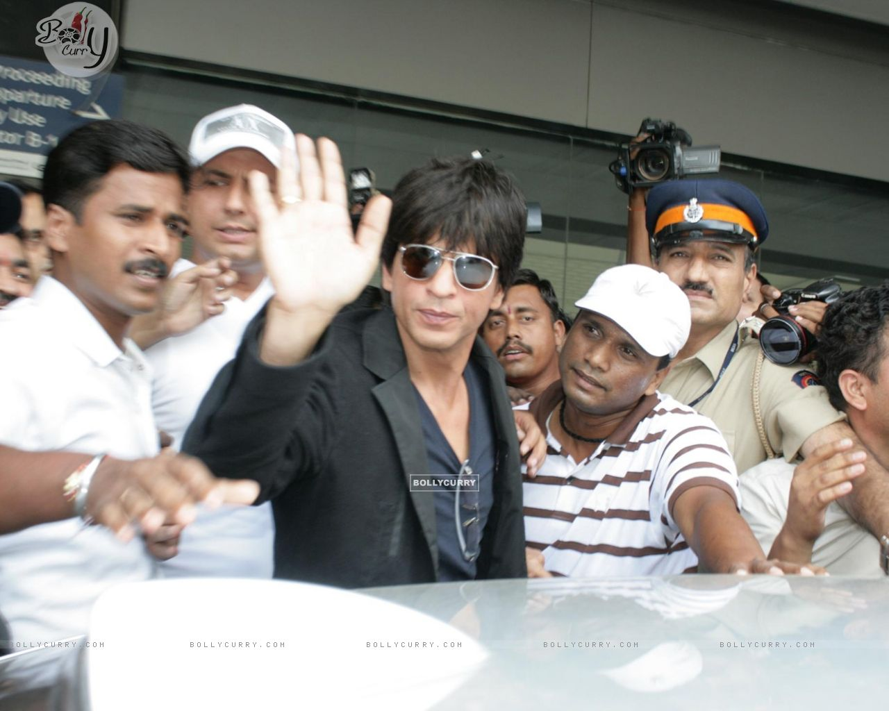 Bollywood superstar Shah Rukh Khan at Mumbai airport after he returned from the US (78859) size:1280x1024