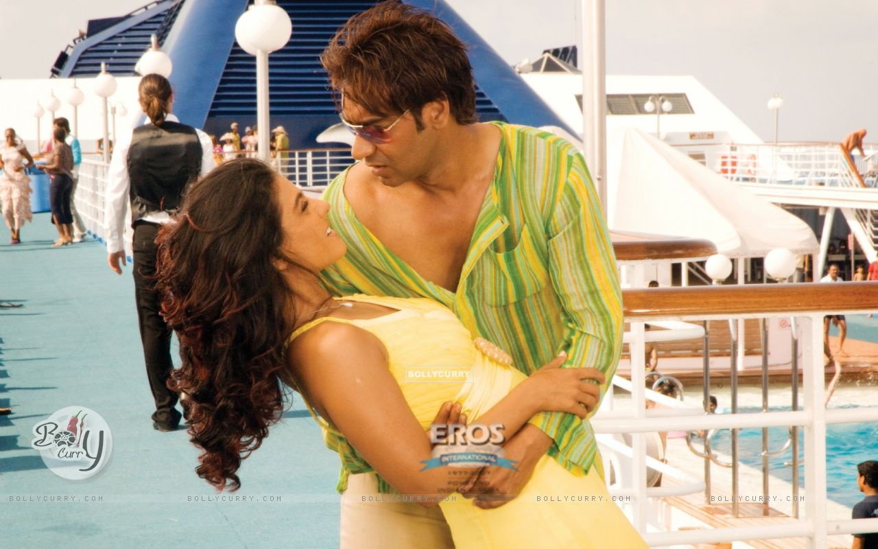 Romantic scene of Ajay and Kajol (12299) size:1280x800