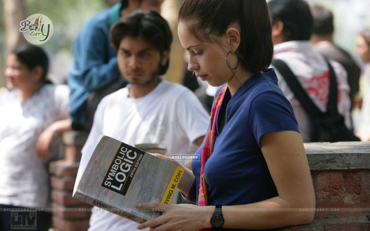 Kalki Koechlin reading a book (12519) size:1280x800