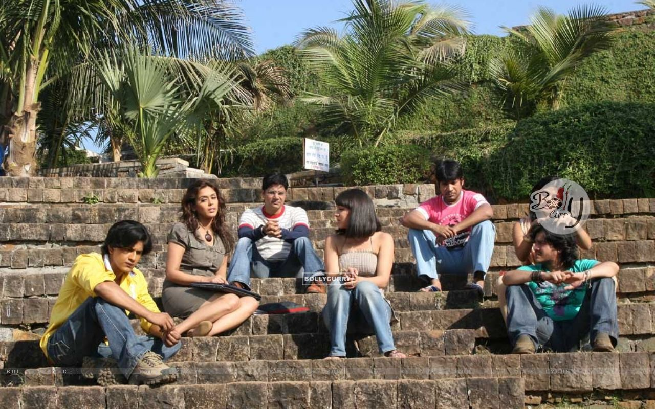 All friends are sitting together in Aasma movie (12544) size:1280x800