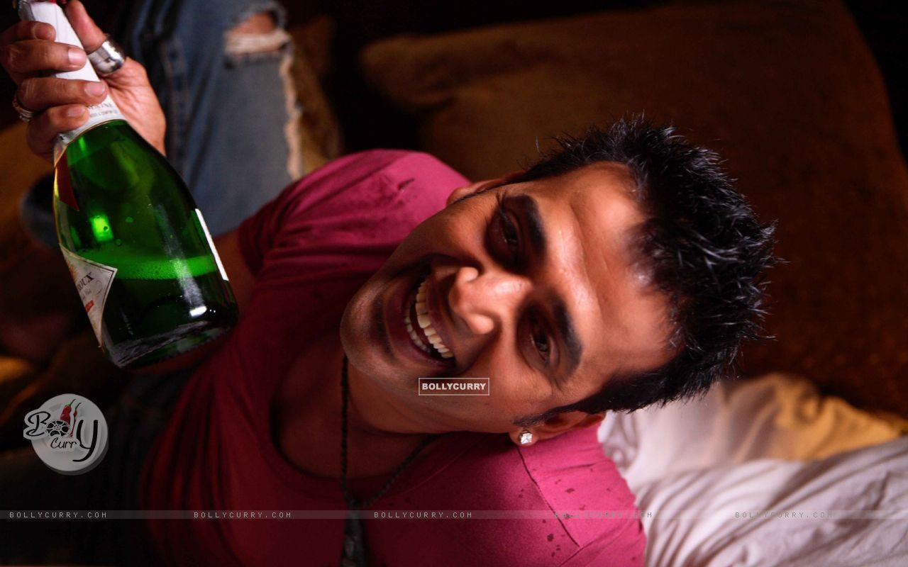 Ravi Kissen with a bear bottle (15649) size:1280x800
