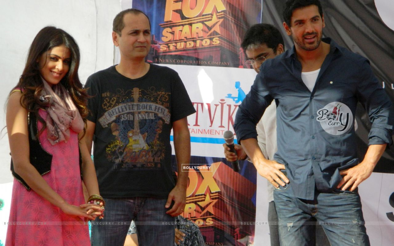 Vipul A Shah with John Abraham and Genelia Dsouza promoting their movie 'Force' at Mahagun Mall Vais (161543) size:1280x800